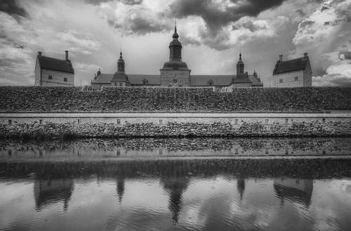 windows chimney blackandwhite bw castle history monochrome lines rain rock stone wall architecture clouds reflections drops exterior sweden towers palace symmetry rings handheld historical drips ripples sverige moat fortress renaissance rainfall hdr vadstena waterscape vadstenaslott