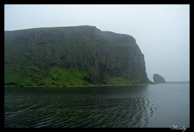 Laguna Eyjarlón y peñón de península de Dyrhólaey