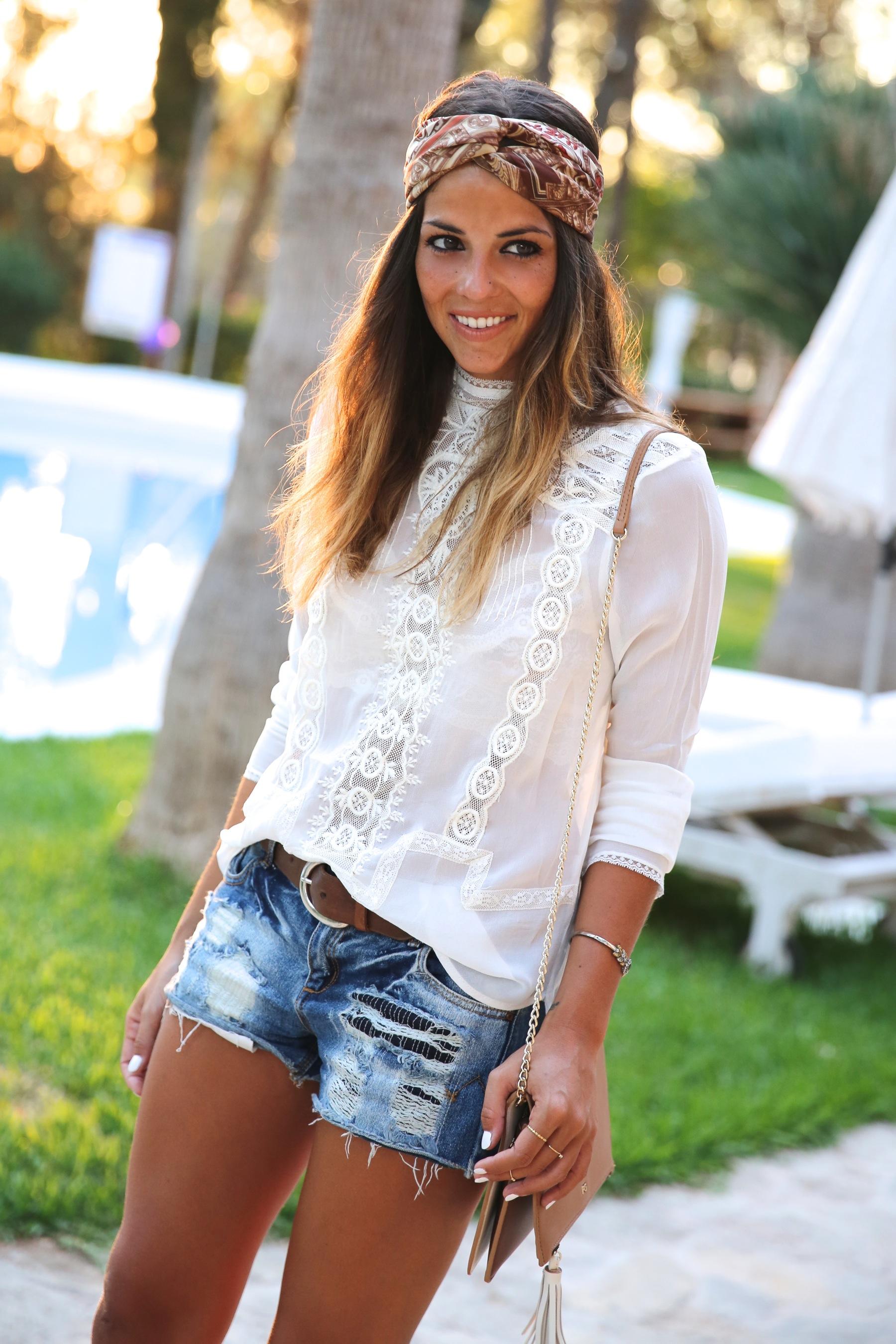 trendy_taste-look-outfit-street_style-ootd-blog-blogger-fashion_spain-moda_españa-boho-hippie-denim_shorts-shorts_vaqueros-blusa-blouse-mas34-pg-ibiza-sa_talaia-7
