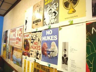 地方居民巧爸開設的早餐店牆面貼滿了反核海報;攝影:蘇盈如。