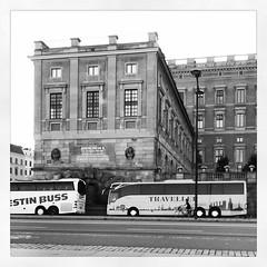 Och som alltid står det turistbussar utanför slottet. Man ser inte ett spår efter gårdagens halvmara. :-)