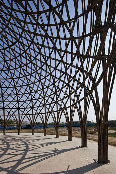 越南建築師Vo Trong Nghia設計出竹製圓頂建築,做為當地居民開會、辦活動或餐廳使用。