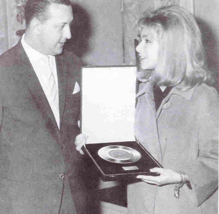Αλίκη Βουγιουκλάκη - 1962 - Στην απονομή του χρυσού δίσκου για τα τραγούδια της ταινίας «Το Ξύλο Βγήκε απ'τον Παράδεισο».