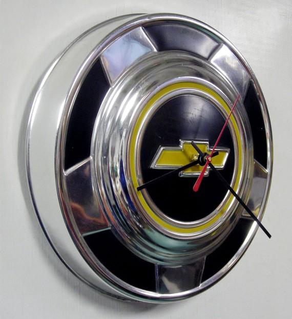 Reloj de Starling Ink realizado con un tapacubos de un Chevrolet CK Pickup Truck reciclado