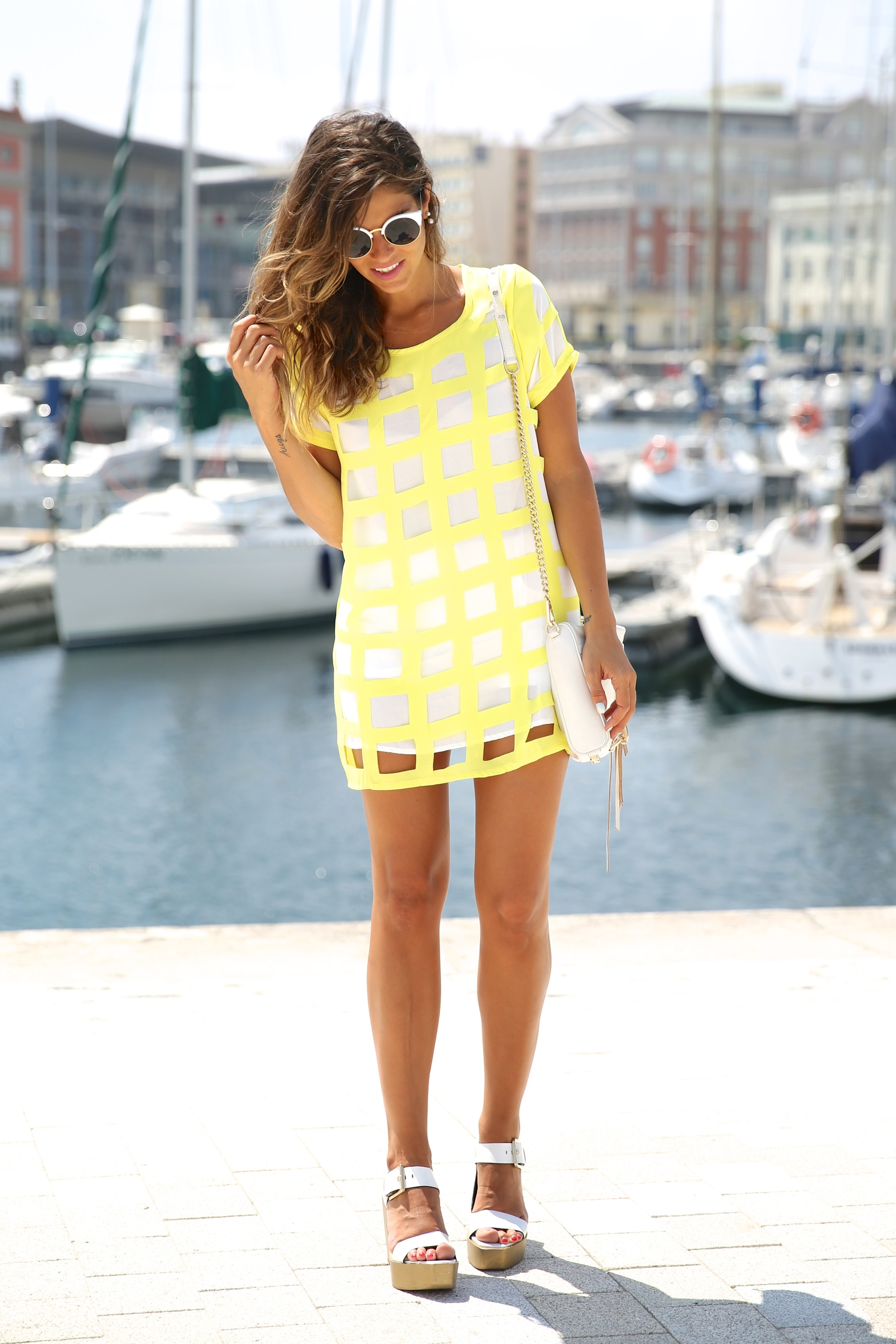 trendy_taste-look-outfit-street_style-ootd-blog-blogger-moda_españa-fashion_spain-coruña-galicia-sandalias_plataforma-platform_sandals-rebecca_minkoff-yellow-amarillo-vestido-dress-plaid-cuadros-11