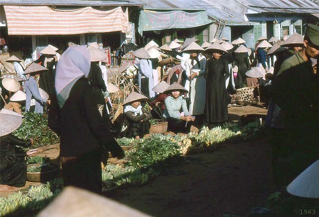 DA NANG 1963 - Busy market scene