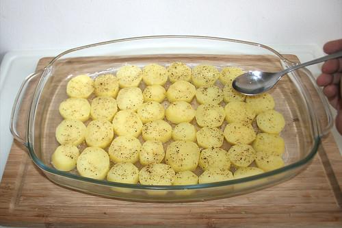 24 - Kartoffeln mit Weißwein beträufeln / Sprinkle potatoes with white wine