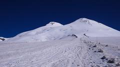Szczyt Elbrus Zachodni 5642m (po lewej) i wierzchołek wschodni 5621m