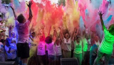 Prahu zaplavili běžci v barvách duhy