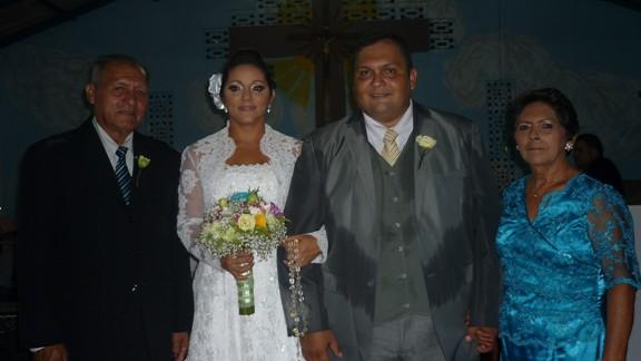 Os noivos Aline e Carlos com os pais da noiva Lourenço e Maria José Silva