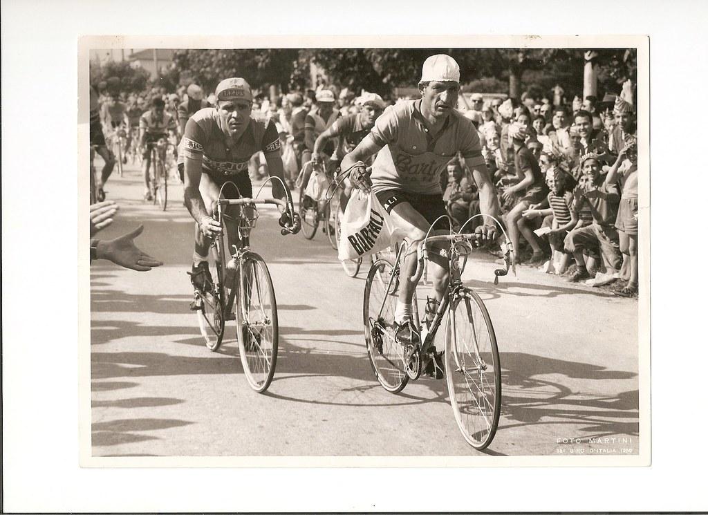 Armando Barducci con Gino Bartali a Modena durante un rifornimento del Giro d'Italia 1950