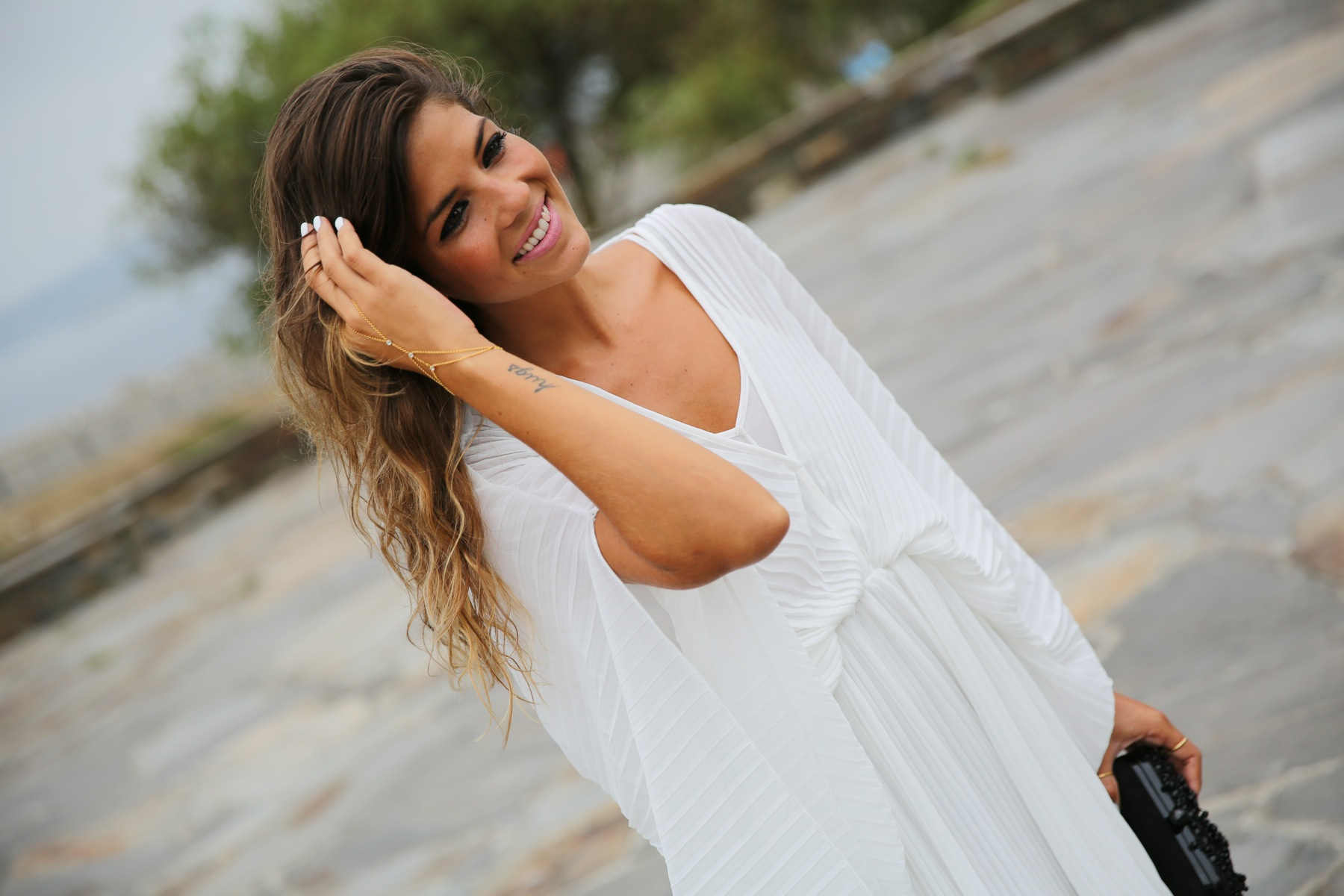 trendy_taste-look-outfit-street_style-fashion_spain-moda_españa-blog-blogger-vestido_blanco-white_dress-müic-jewels-joyas-leo_sandals-sandalias_leopardo-clutch_pedreria-4