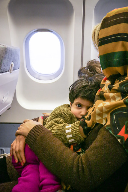 Mother and child in the airplane from Tehran to Dubai エミレーツ機内のイラン人母子