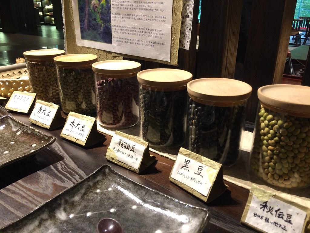 石臼で挽くための大豆各種