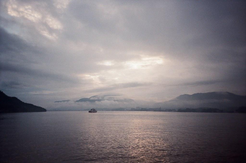 嚴島神社 Hiroshima, Japan / Kodak ColorPlus / Lomo LC-A+ 搭船離開嚴島,那時候太陽要下山了,天空的烏雲微微的散開一點點光。  想到剛剛抽到的籤,想到我會是在這個時空嗎?  哀,反過來想,自己其實還滿蠢的。  Lomo LC-A+ Kodak ColorPlus ISO200 4896-0026 2016/09/25 Photo by Toomore