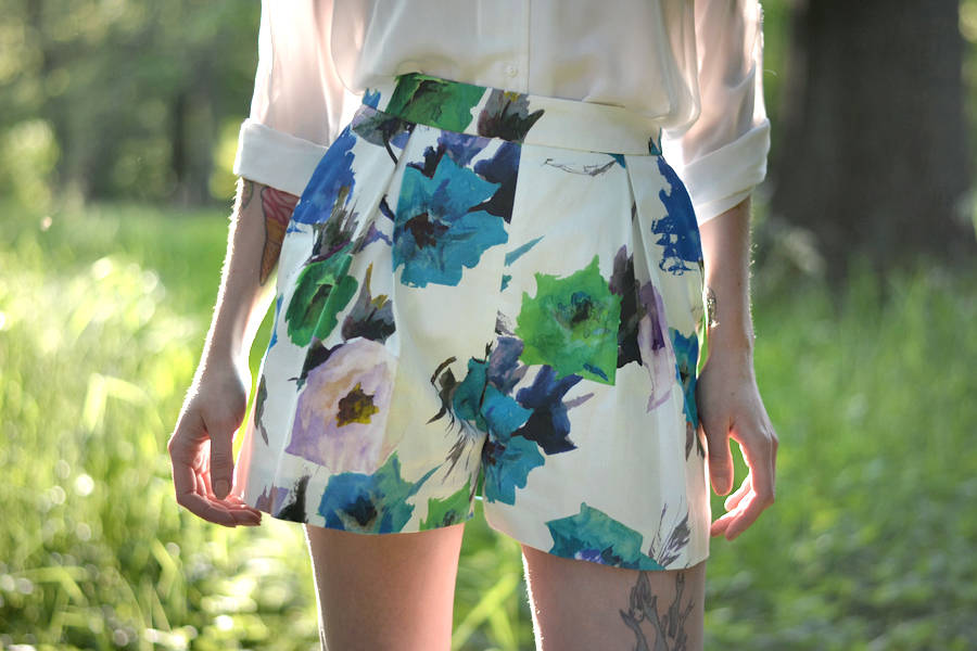 Zara floral shorts white blouse mango birkenstock sandals birks summer sunny lovely photo shoot CATS & DOGS fashion outfit ootd blog Berlin 4