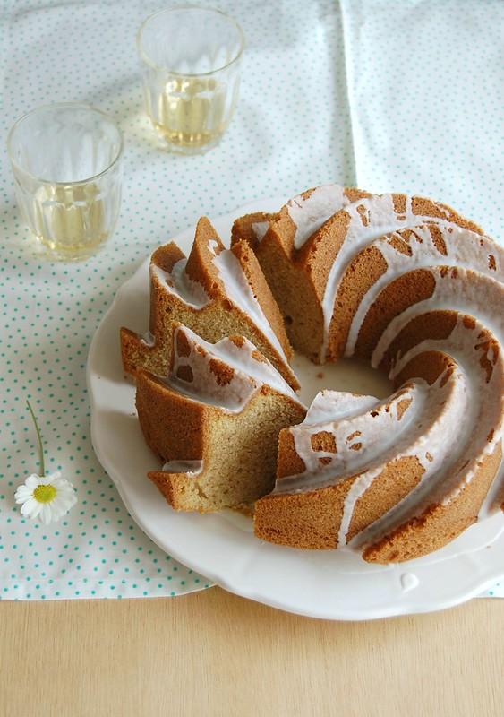 Scandinavian cardamom cake with Frangelico glaze / Bolo escandinavo de cardamomo com glacê de Frangelico