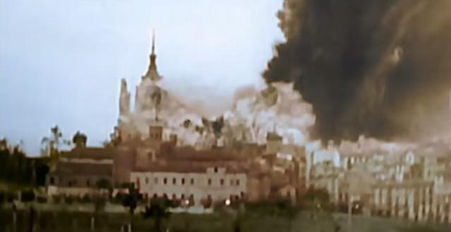 Momento de la tremenda explosión de la mina que voló el torreón suroeste del Alcázar el 18 de septiembre de 1936. Captura de un vídeo real a color de la Guerra Civil en Toledo en el verano de 1936
