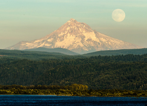 columbiariver mounthood camaswa supermoon aug2014