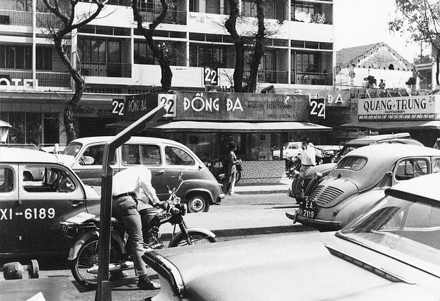 Vietnam 1968 - Nguyen Hue Blvd, Saigon - Bìa trái là EXCELSIOR HOTEL (KS NGUYỄN HUỆ) -  Photo by Van Stone