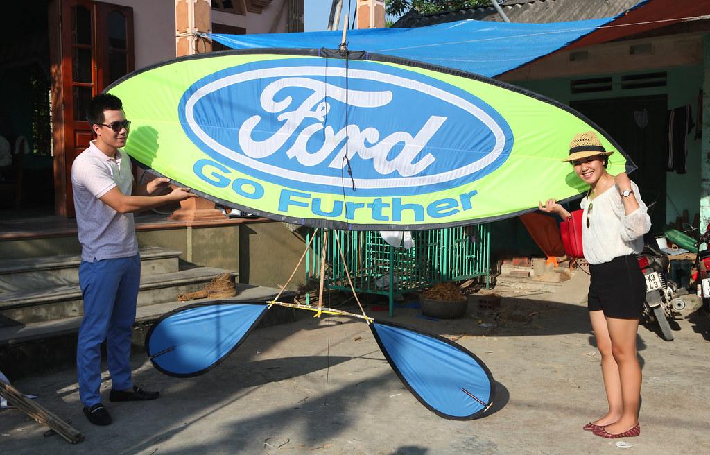 Eco-Fly trao tặng diều sáo cho Ford Vietnam