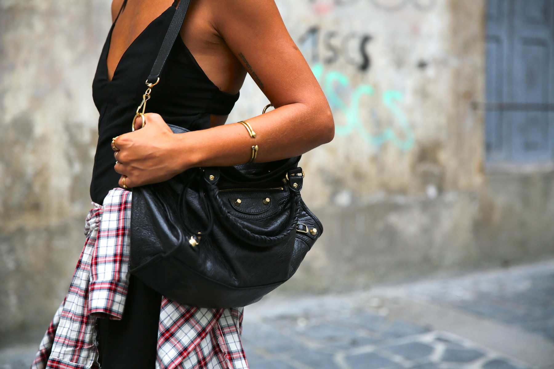 trendy_taste-look-outfit-street_style-ootd-blog-blogger-fashion_spain-moda_españa-camisa_cuadros-plaid_shirt-balenciaga-city_bag-stan_smith-adidas-mono_negro-black_jumpsuit-2