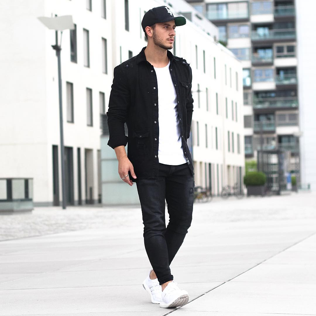黒キャップ×黒ミリタリーシャツ×白Tシャツ×黒スキニーパンツ×adidas. モノトーンコーデ