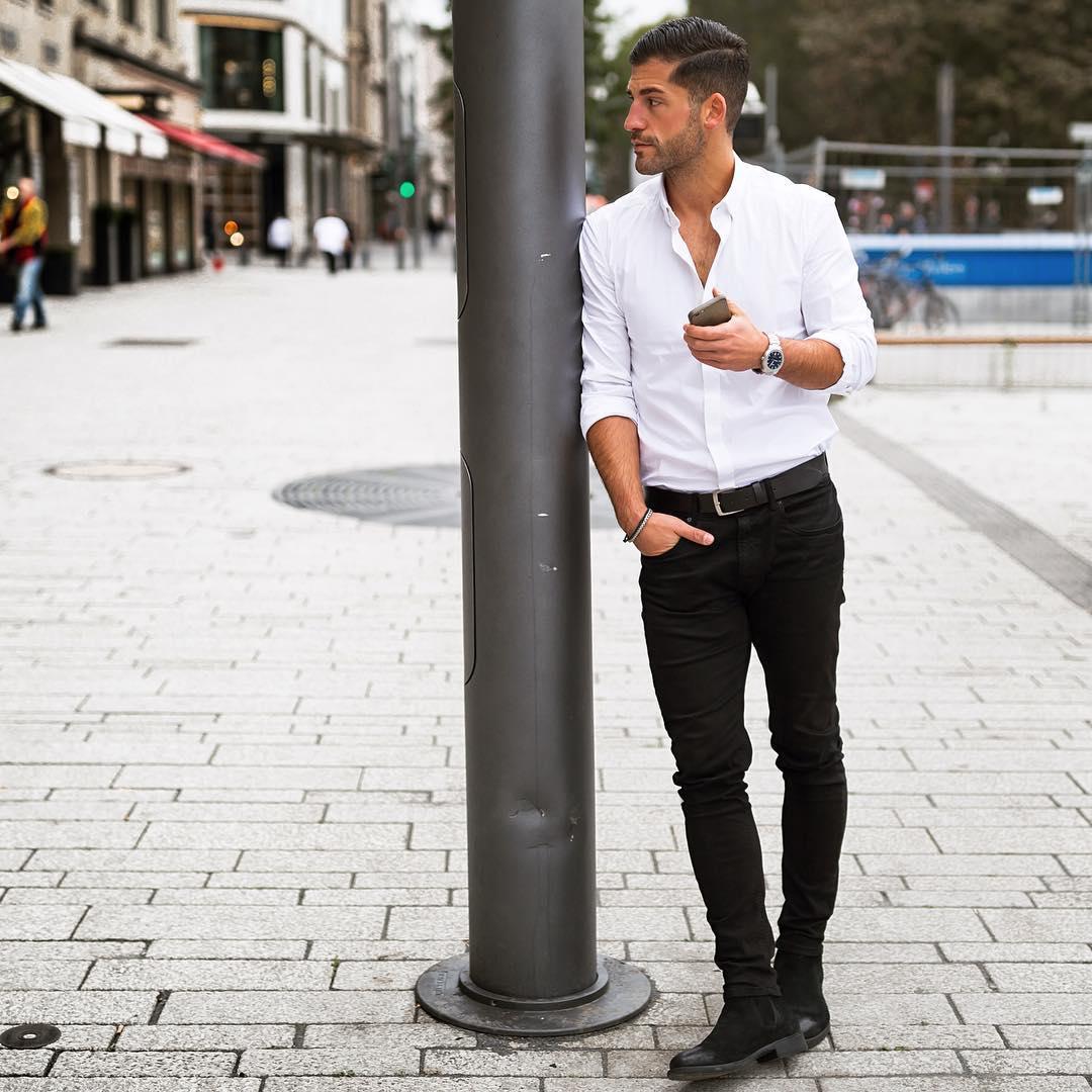 白シャツ×黒スキニーパンツ×黒スエードサイドゴアブーツ
