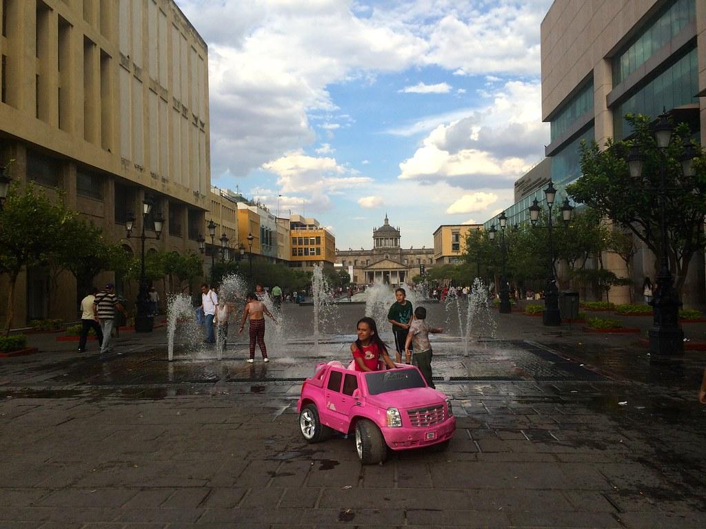La manera de matar al calor duchándose en unas fuentes. Centro Joyero de Guadalajara