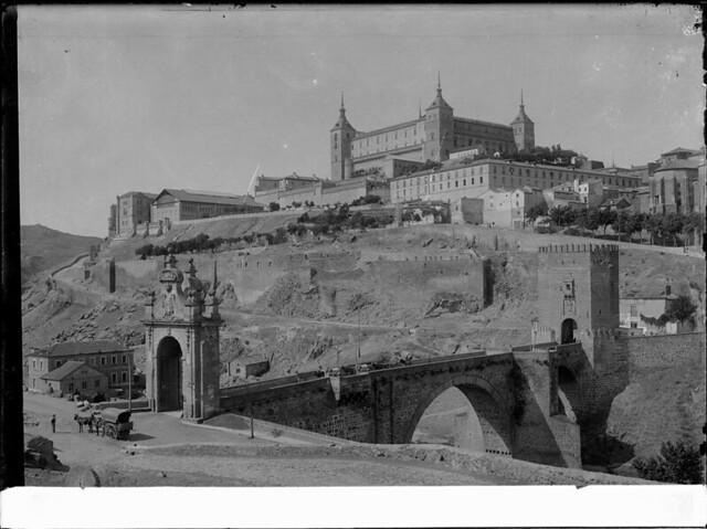 Puente de Alcántara a comienzos del siglo XX. Fotografía de J. Lacoste © MECD, Fototeca del IPCE, signatura VN-22689_P