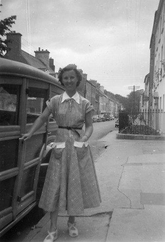 Pretty 50s lady with a tiny waist