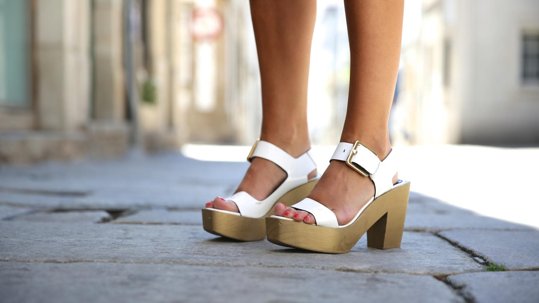 trendy_taste-look-outfit-street_style-ootd-blog-blogger-fashion_spain-moda_españa-kimono-white_sandals-sandalias_altas_plataformas-guess-denim_white_shorts-shorts_vaqueros_blancos-1