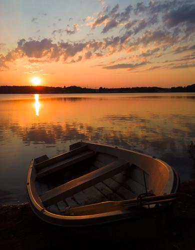 windows sunset sun lake mobile espoo boat nokia raw phone sundown 1020 vene järvi auringonlasku carlzeiss aurinko dng lumia pitkäjärvi mobilephotography laaksolahti pureview iphoneography källstrandsviken lumiagraphy lumia1020 kokkoranta