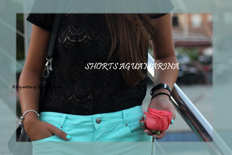 Shorts-aguamarina-con-camiseta-de-encajes-negros-HEELSANDROSES-Rincón-de-la-Victoria-(3)