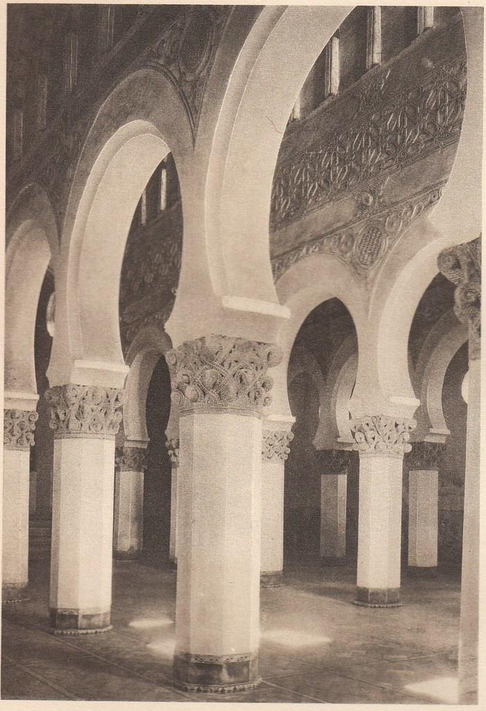 Sinagoga de Santa María la Blanca a principios del siglo XX. Fotografía de Henri Bertault-Foussemagne  publicada en el libro L´Espagne, provinces du Nord, de Tolède a Burgos de Octave Aubry en 1930
