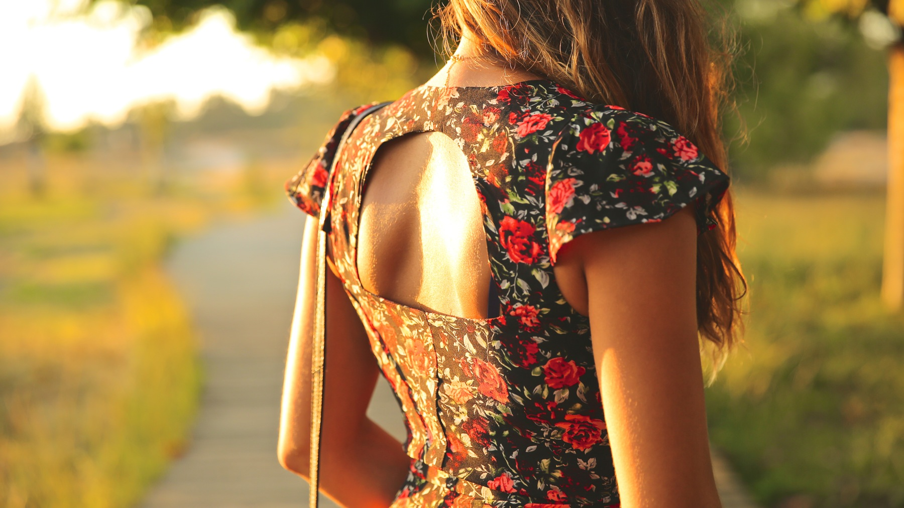 trendy_taste-look-outfit-street_style-ootd-blog-blogger-fashion_spain-moda_españa-flower_print-dress-vestido-flores-sandalias_negras-black_sandals-platforms-sunset-playa-beach-summer-1