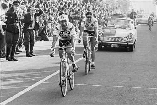 Jean Stablinski supera B. Van de Kerkhove nella prima Amstel Gold Race