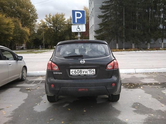 Найдите машину инвалида на парковке для инвалидов
