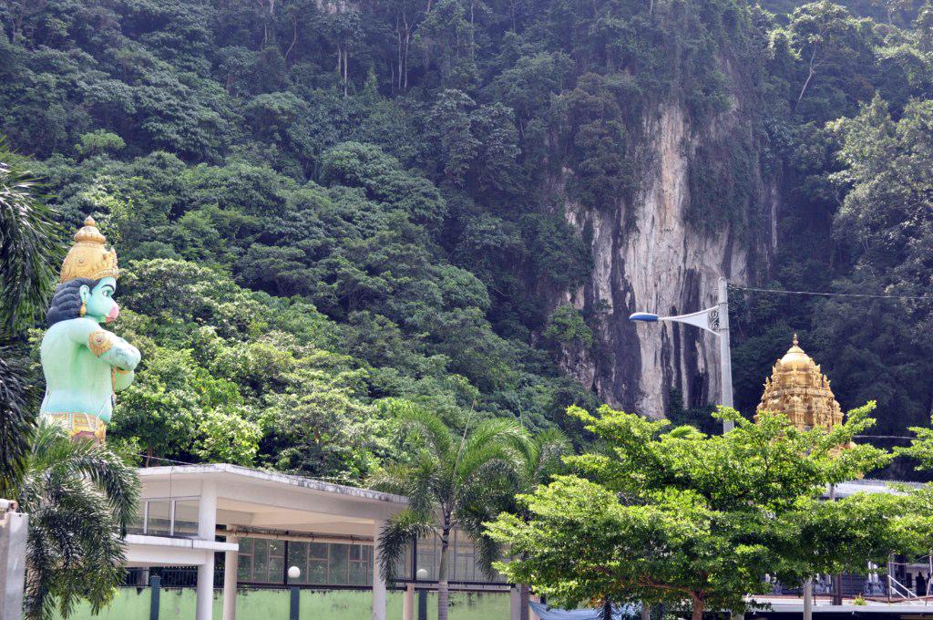 Mun-Ra, custodiando la entrada a los templos y cueva de Ramayana Cuevas Batu en Malasia, el templo hindú más grande fuera de la India - 14519915567 7bd979ab79 o - Cuevas Batu en Malasia, el templo hindú más grande fuera de la India