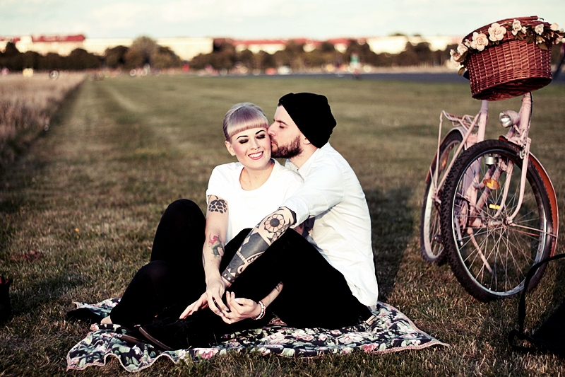 LOVE_BERLIN_COUPLE_FUN_TEMPELHOFER_FELD_PÄRCHEN_SPASS_TATTOOS_VINTAGE_FAHRRAD_BIKE_ROSA_FLOWERS_WHITE_HAIR_PIN_UP_50S_MAKEUP (11)