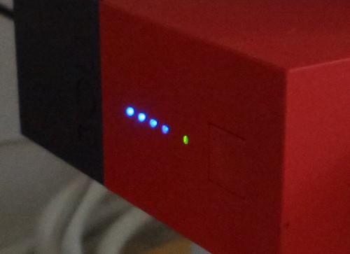 ไฟ LED แสดงสถานะ และปุ่มกดสำหรับเช็คปริมาณแบตเตอรี่