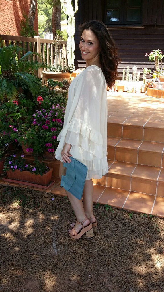 vestidos blancos, crudo, vuelo, escote asimétrico, sandalias maquillaje suela de corcho, clutch pitón azul claro, white dresses, beige, fullness, asymmetrical neckline, makeup sandals cork soles, leather light blue python clutch, TFCN London, Stradivarius, Bimba & Lola