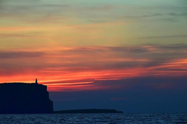 Cabo de Cavallería al atardecer desde el Catamarán por Menorca