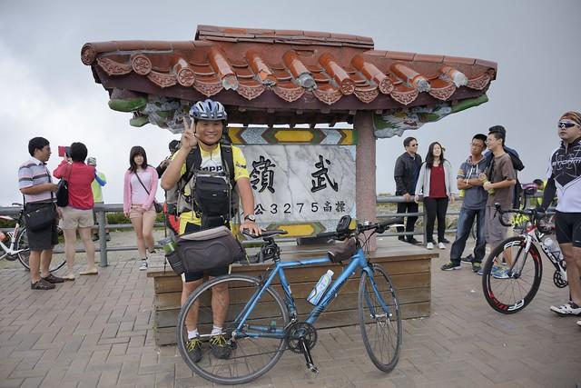 在武嶺牌樓與單車合影