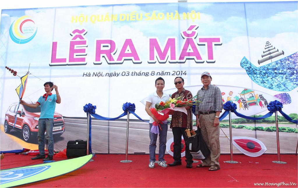 Hội trưởng Hoàng Phú nhận hoa chúc mừng từ khách mời