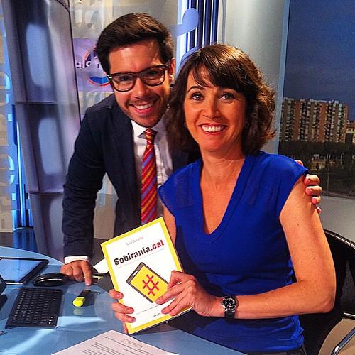 Els periodistes @toniaira i Lídia Heredia amb un exemplar de #SobiraniaCAT al plató d'Els matins de TV3 #llibres #books #libros #sobirania #araeslhora #diada2014 #barcelona #catalunya #catalonia #igerscalella #igersmaresme #igersbarcelona #igeracatalunya