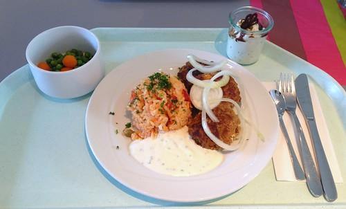 Bifteki mit Zwiebeln, Tzatziki & Djuvecreis / Bifteki with onions, taztziki & tomato rice
