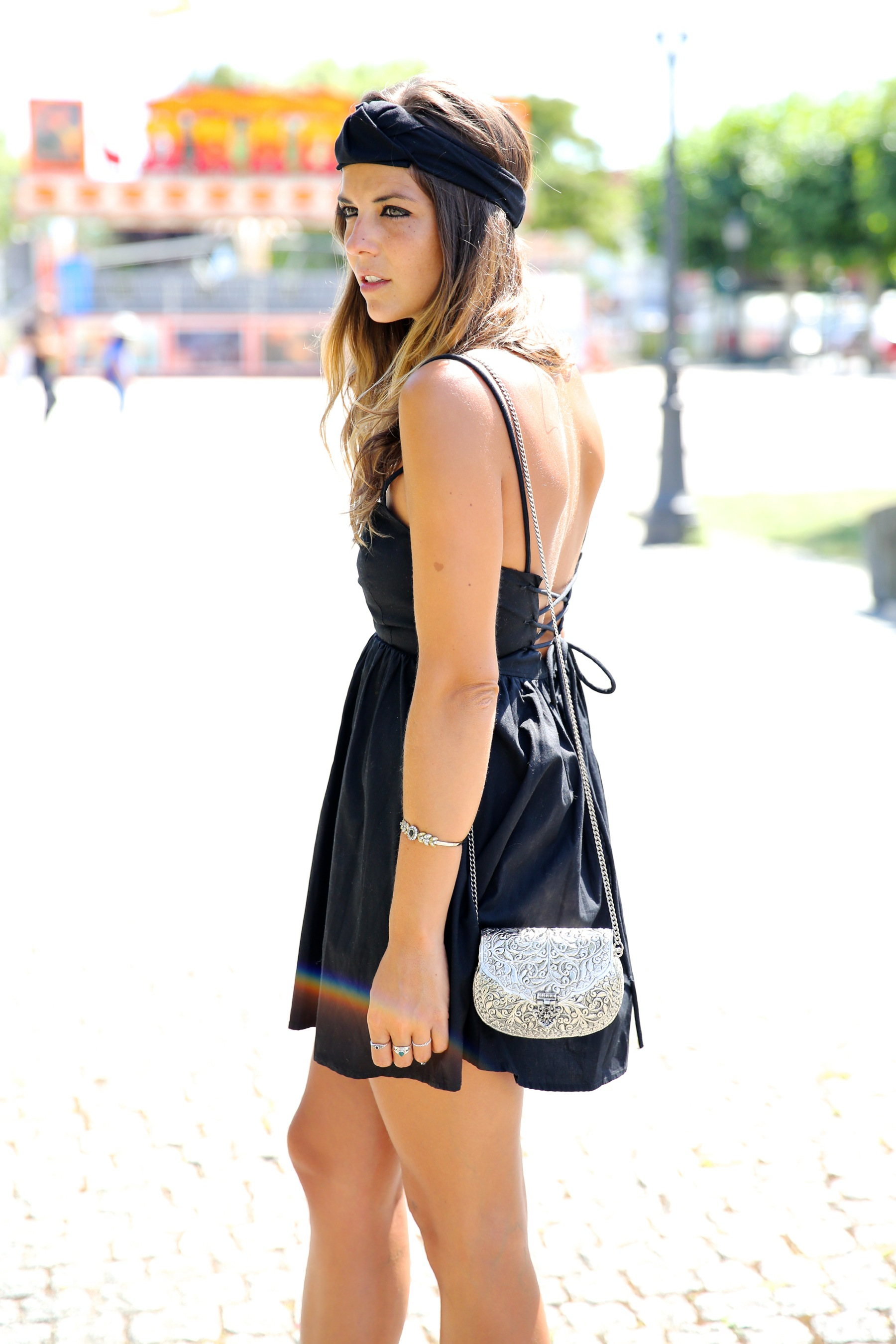 trendy_taste-look-outfit-street_style-blog-blogger-fashion_spain-moda_españa-maje-black_dress-vestido_negro-espalda_abierta-sandalias-silver_bag-bolso_plata-o_grove-galicia-turbante-turban-5