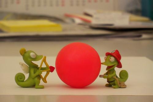 Una palla rossa in mezzo by Ylbert Durishti