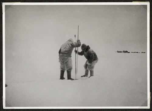 Grønlændere hugger hul i havisen - Greenlandic Inuits making a hole in the sea ice